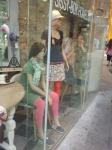 Etalage poppen overal in Maastricht maken reklame voor Afrosalon